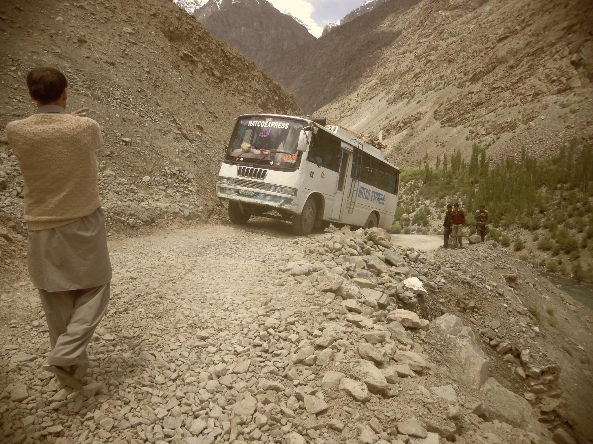 پشاور و اسلام آباد سے چترال سفر کرنے والے گاڑیوں کو ضابطے کا پابند بنا یا جائے؛ ذاتی فائدے کے لئے مسافروں کو مشکل میں ڈالتے ہیں۔ عوامی حلقے