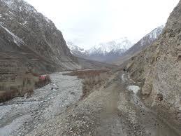 چترال میں ہفتے کی شام سے مسلسل بارش اور پہاڑوں پر برفباری، مختلف علاقوں کی سڑکیں بند