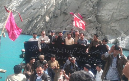 سیلز اور انکم ٹیکس نامنظور، چیمبر آف کامرس سے منسلک کاروباری افراد کا عطاآباد جھیل میں کشتیوں پر احتجاج