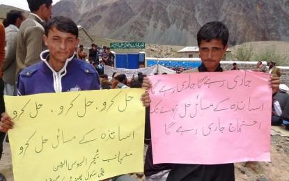 پھنڈر میں اساتذہ کا گلگت چترال روڈ پر دھرنا، 9جون کو گلگت جانے کا اعلان