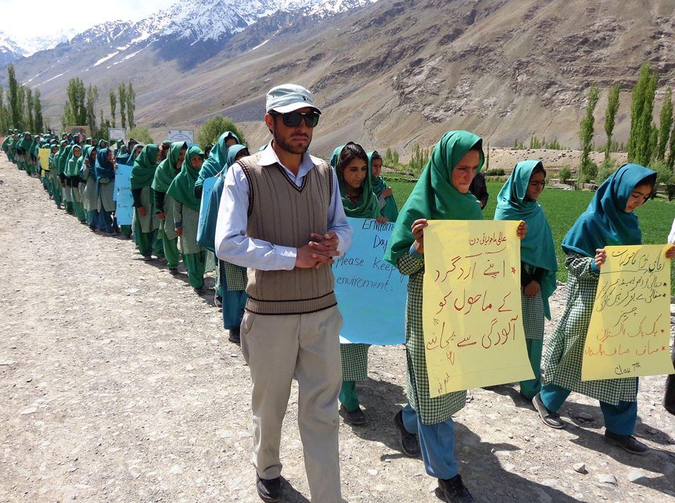 گلاغمولی (پھنڈر) میں عالمی یومِ ماحولیات پر ڈی جے سکول کی طالبات کی ریلی