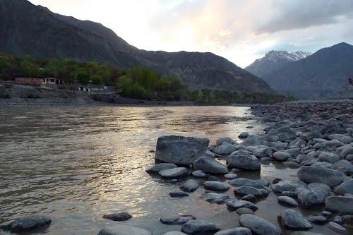 گلاپور کی رہائشی چھبیس سالہ خاتون نے تین بچوں سمیت دریائے غذر میں چھلانگ لگادی