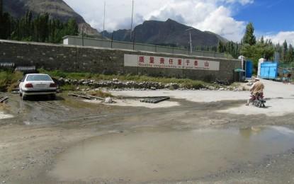 گوجال، گلمت میں واقع چینی کمپنی کا گندہ پانی شاہراہ قراقرم پر بہہ رہا ہے، راہگیر پریشان