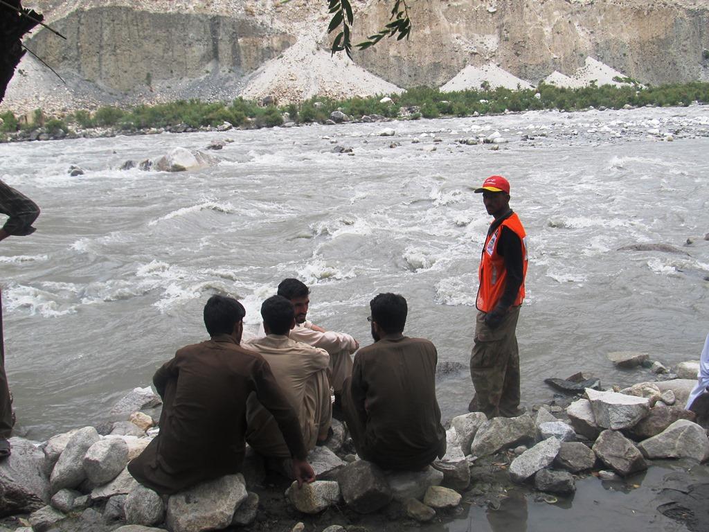 گلگت، دریا میں پهنسی لاش الخدمت فاونڈیشن کے دو رضا کاروں نے نکال دی