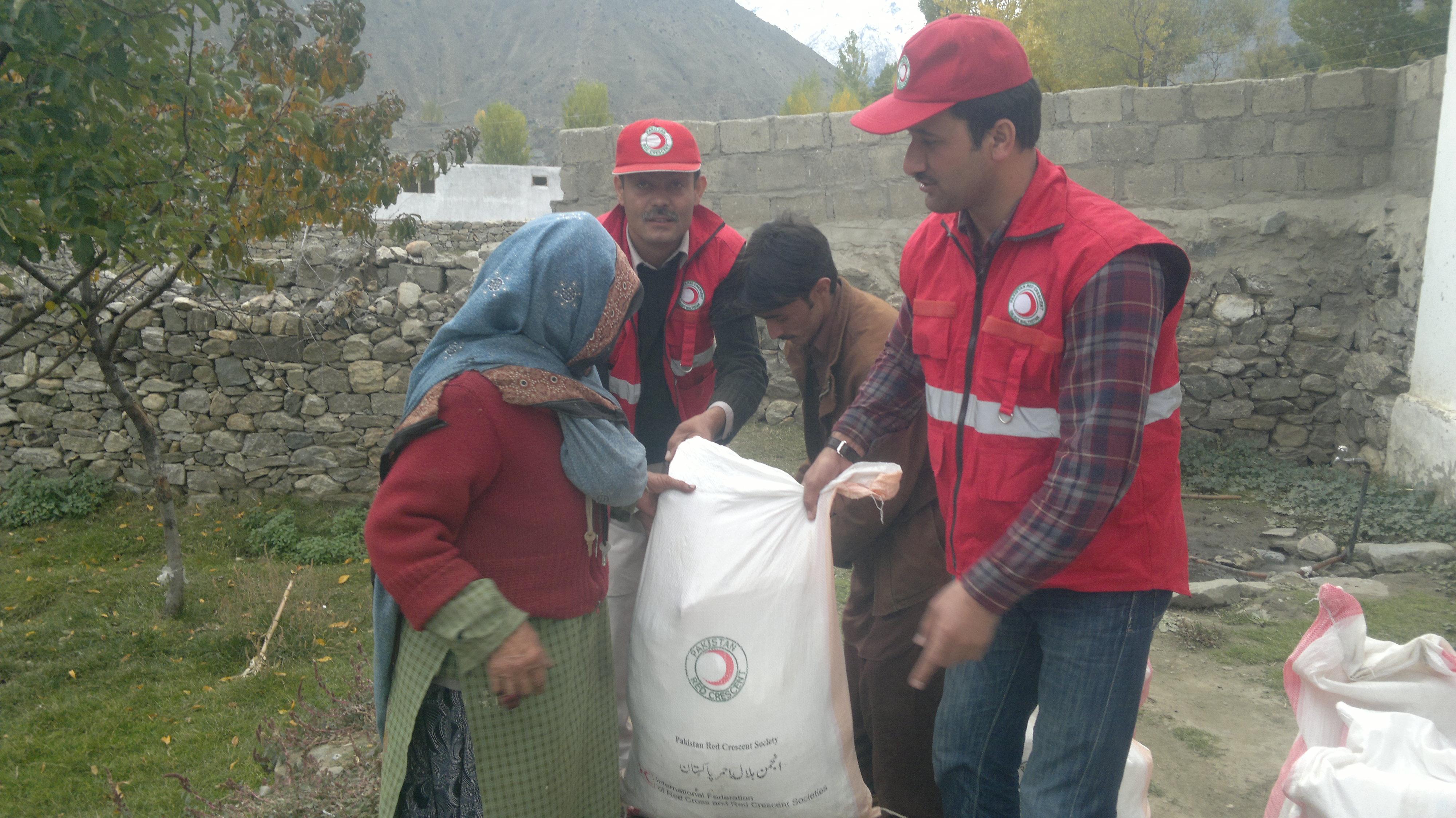 ہلال احمر کے زیر اہتمام ضلع استور میں بارشوں سے متاثر٢٠٠ خاندانوں کو امدادی اشیا دئیے گئے