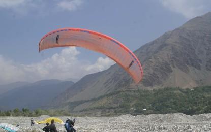 چترال میں ٹنڈم پیرا گلائڈنگ، سیاحوں کو چھتر کے ذریعے پرواز کروانے کا کامیاب مظاہرہ