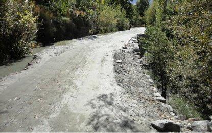 کریم آباد ہنزہ، سمنرقند کوہل کے ساتھ زیر تعمیر سڑک ٹوٹ پھوٹ کا شکار