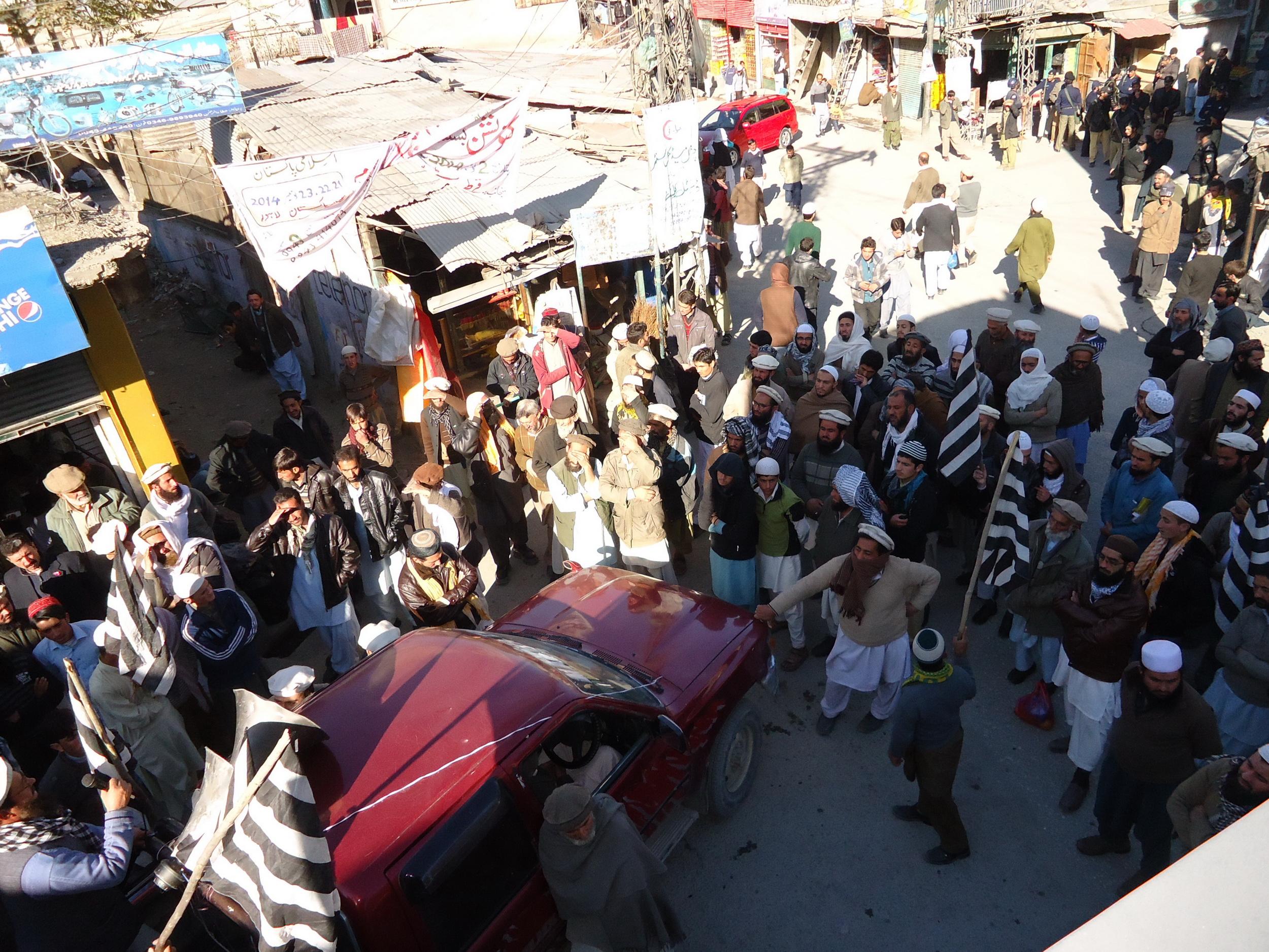 مولانا فضل الرحمان پر حملے کی تحقیقاتی رپورٹ سامنے نہ آسکی، چترال میں احتجاجی مظاہرہ
