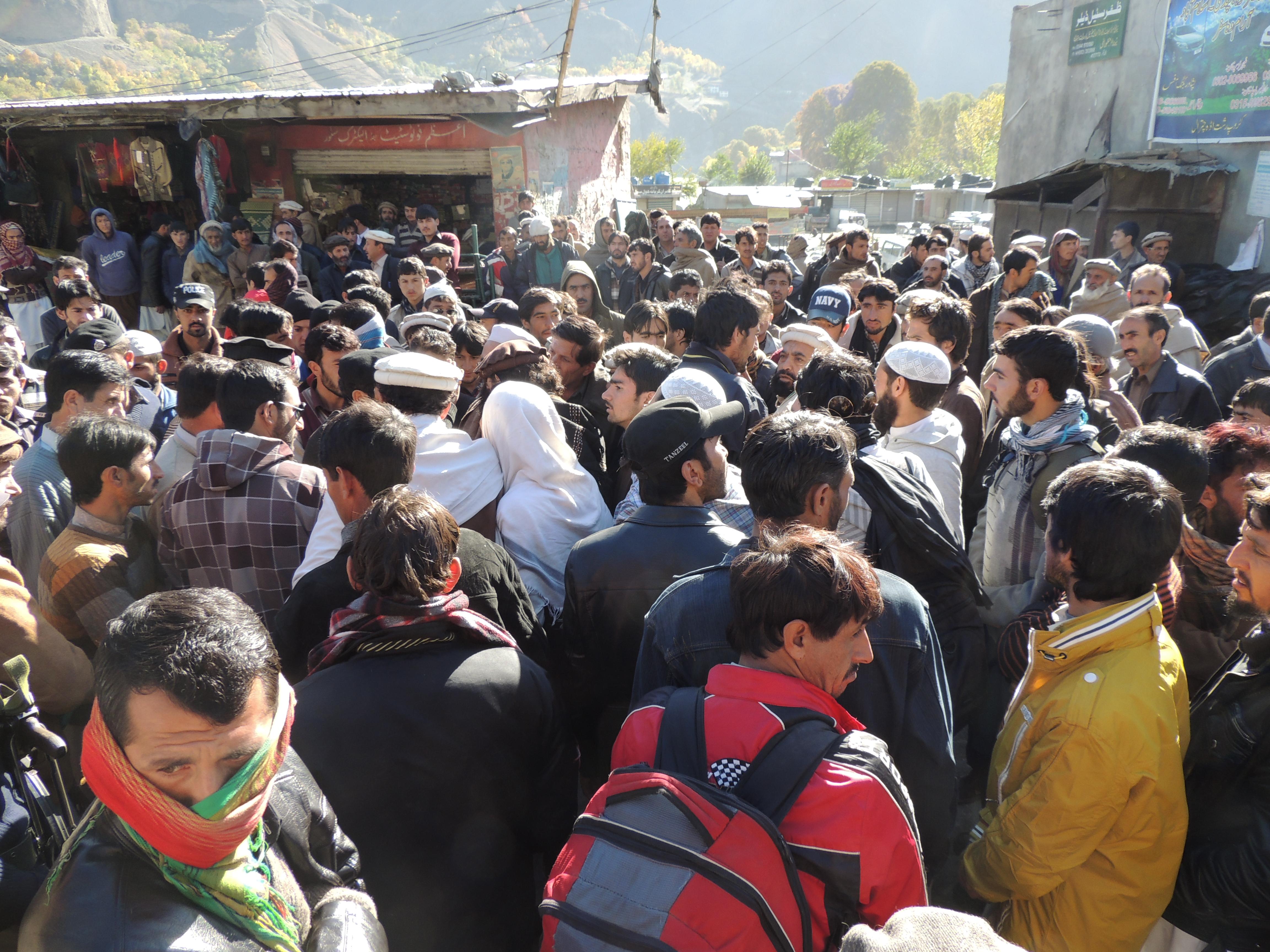 ٹرانسپوٹرز کی من منانی پر مسافروں نے احتجاج کرکے بونی چترال روڈ کوہرقسم کی ٹریفک کے لئے بندکردیاگیا