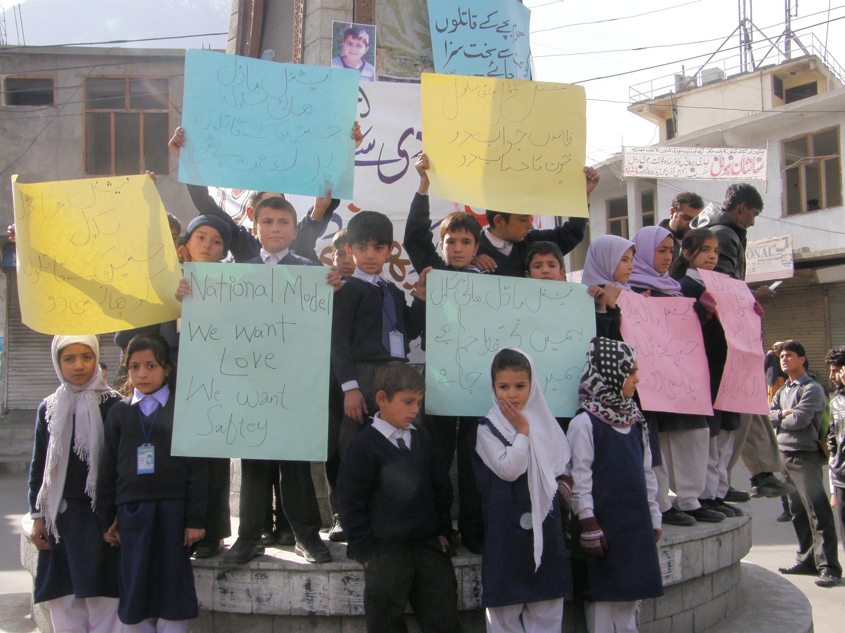 آٹھ سالہ حسنین کے بہیمانہ قتل کے خلاف گلگت کے باسی سڑکوں پر نکل آئے