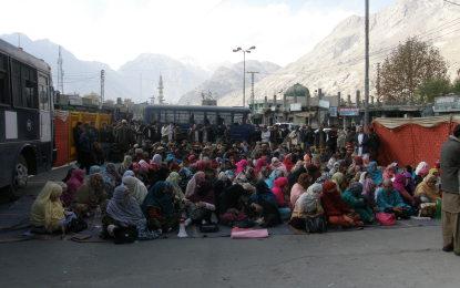 پانچ دنوں سے سوشل ایکشن سکول اساتذہ کا دھرنا جاری، ١٤ اساتذہ گرفتار ہونے کے بعد ضمانت پر رہا ہو چکے ہیں