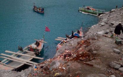 گوجال، عطاء آباد جھیل میں کچرہ بھرنے لگا، مچھلیوں اور دیگر آبی حیات کو خطرہ لاحق