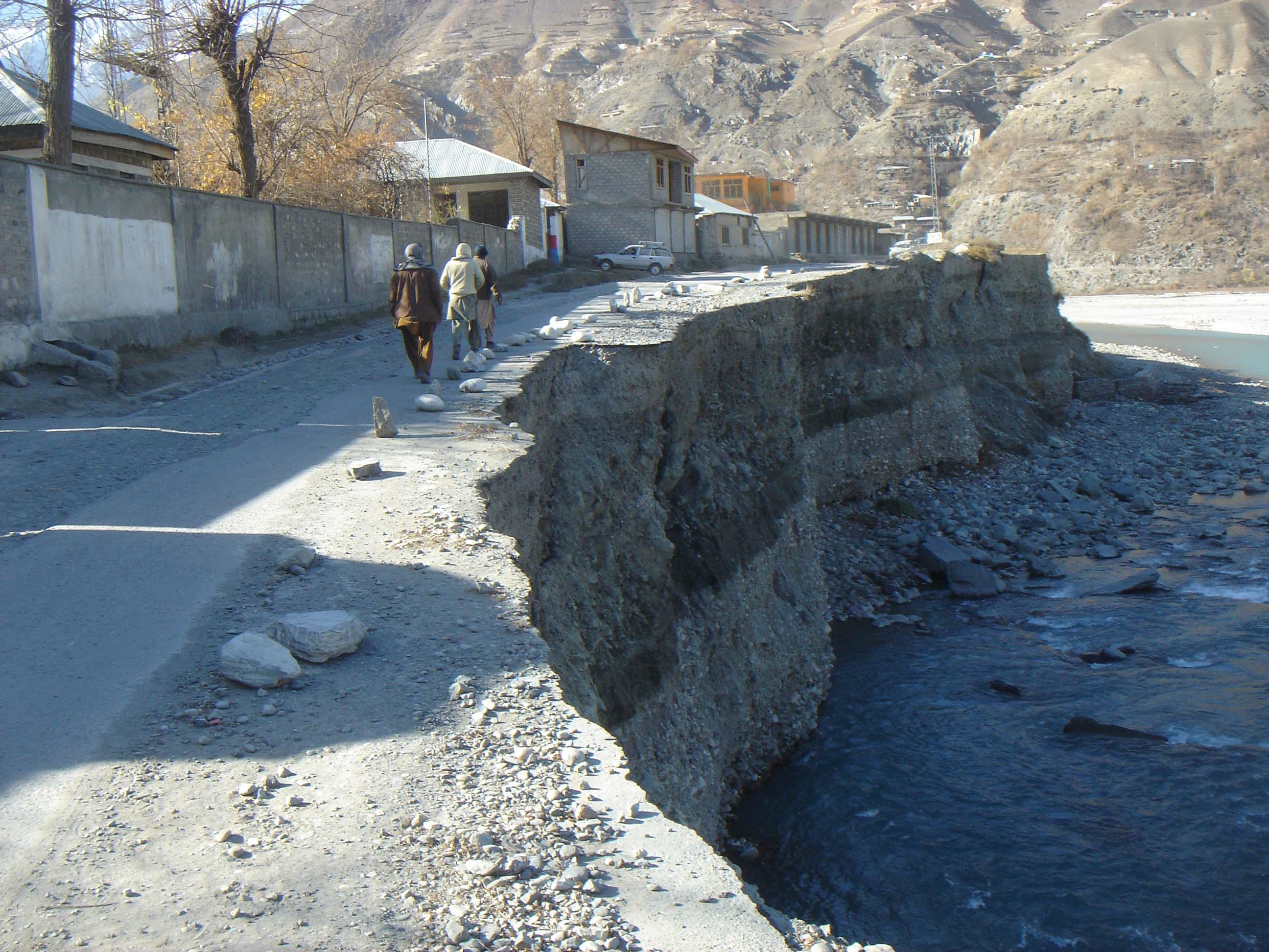 مستوج روڈ دریا کی کٹائی کی وجہ سے خطرے میں