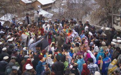 ہندوستان میں بین الاقوامی کانفرنس میں شرکت کرنے کیلئے کیلاش قبیلے کے دس رکنی وفد کو لاہور میں لوٹ لیا گیا
