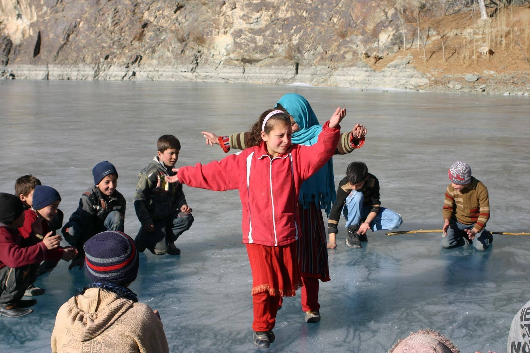 بچوں اور منچلوں نے منجمد خلتی جھیل کو کھیل کا میدان بنا دیا