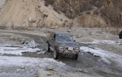 وادی کریم آباد کی سڑک علاقے کے لوگوں نے اپنی مدد آپ کے تحت خود مرمت کی