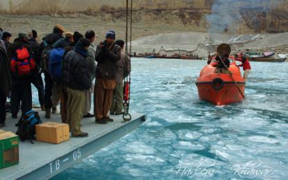 سردی کی شدت میں اضافہ عطاآباد جھیل میں برف جم گئی کشتی سروس معطل
