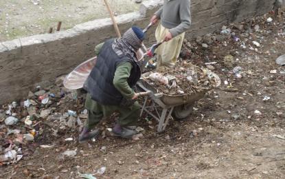 گنجان آباد گاؤں ریحانکوٹ کے 45سالوں سے جمع کوڑے کرکٹ کے ڈھیر ہٹانے کا کم شروع