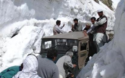 ناقص منصوبہ بندی ؛ لواری ٹنل کے دیر سائیڈ پر سینکڑوں مسافر پھنسے ہوئے ہی,/پشاور اڈہ والوں کے خلاف کاروائی ضروری