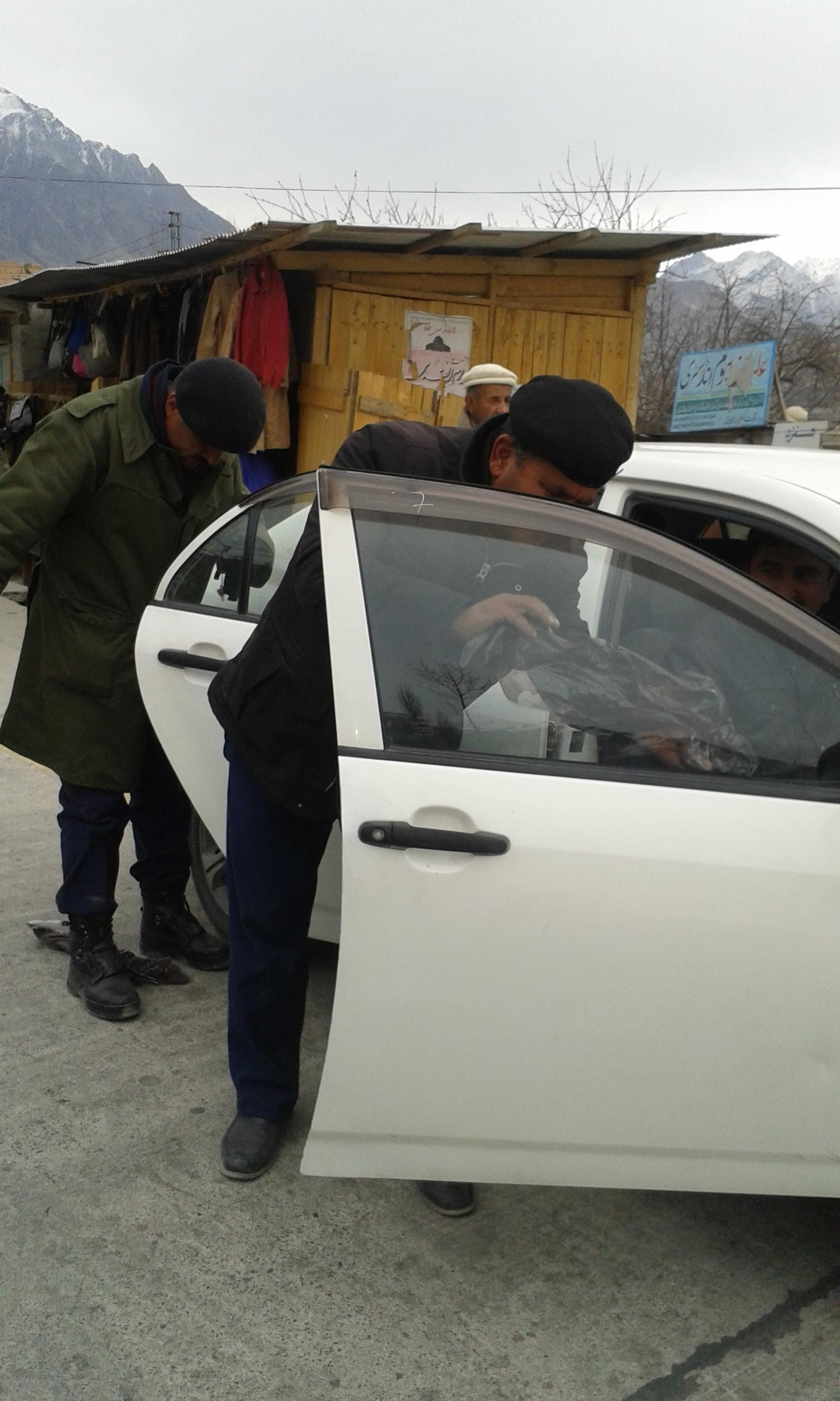 ہنزہ نگر پولیس نے گاڑیوں سے کالے شیشے اتارنا شروع کر دیا، سیکیورٹی الرٹ