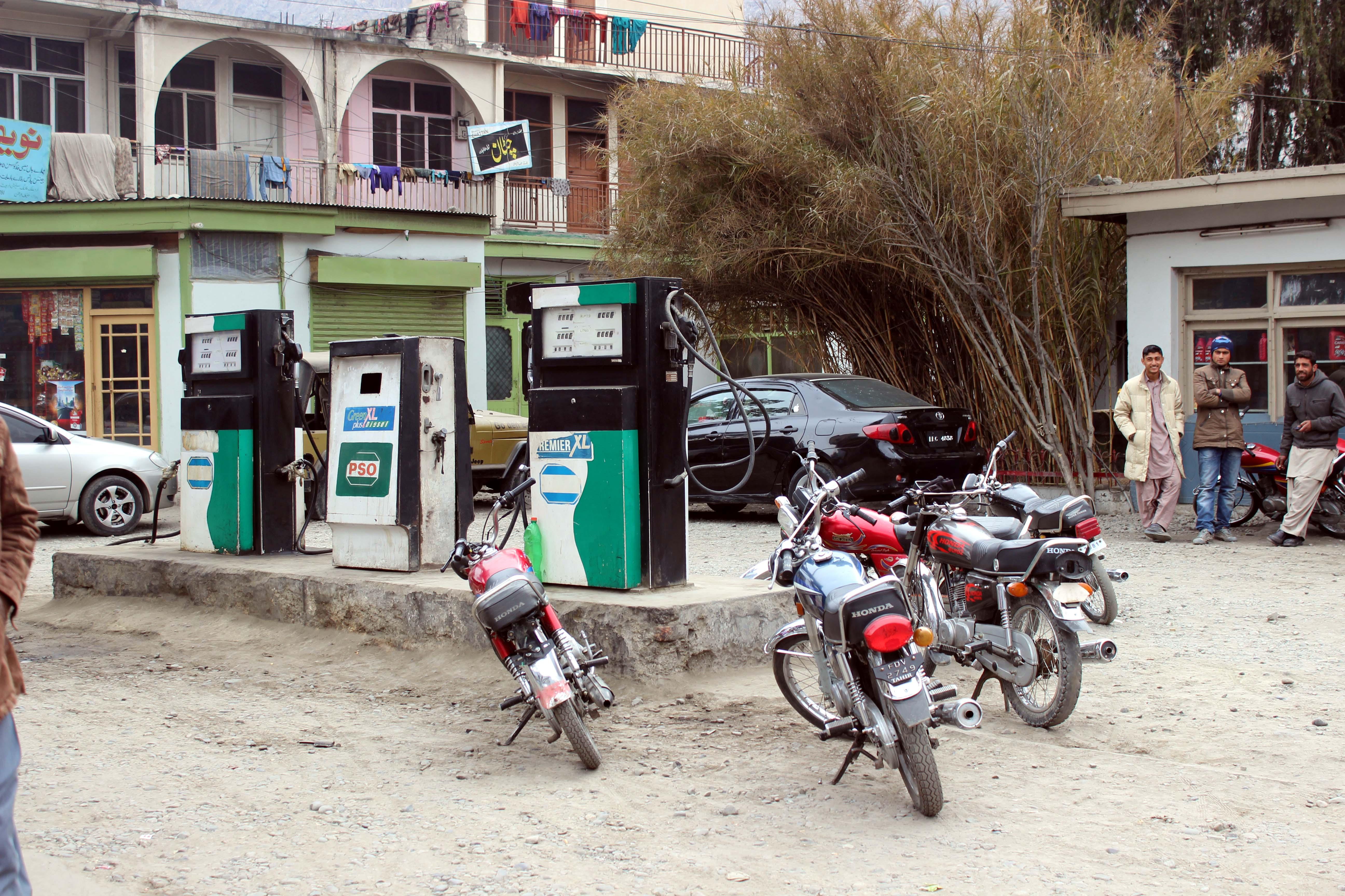 قیمتیں گرتے ہی گلگت شہر میں پیٹرول کی مصنوعی قلت پیدا کر دی گئی