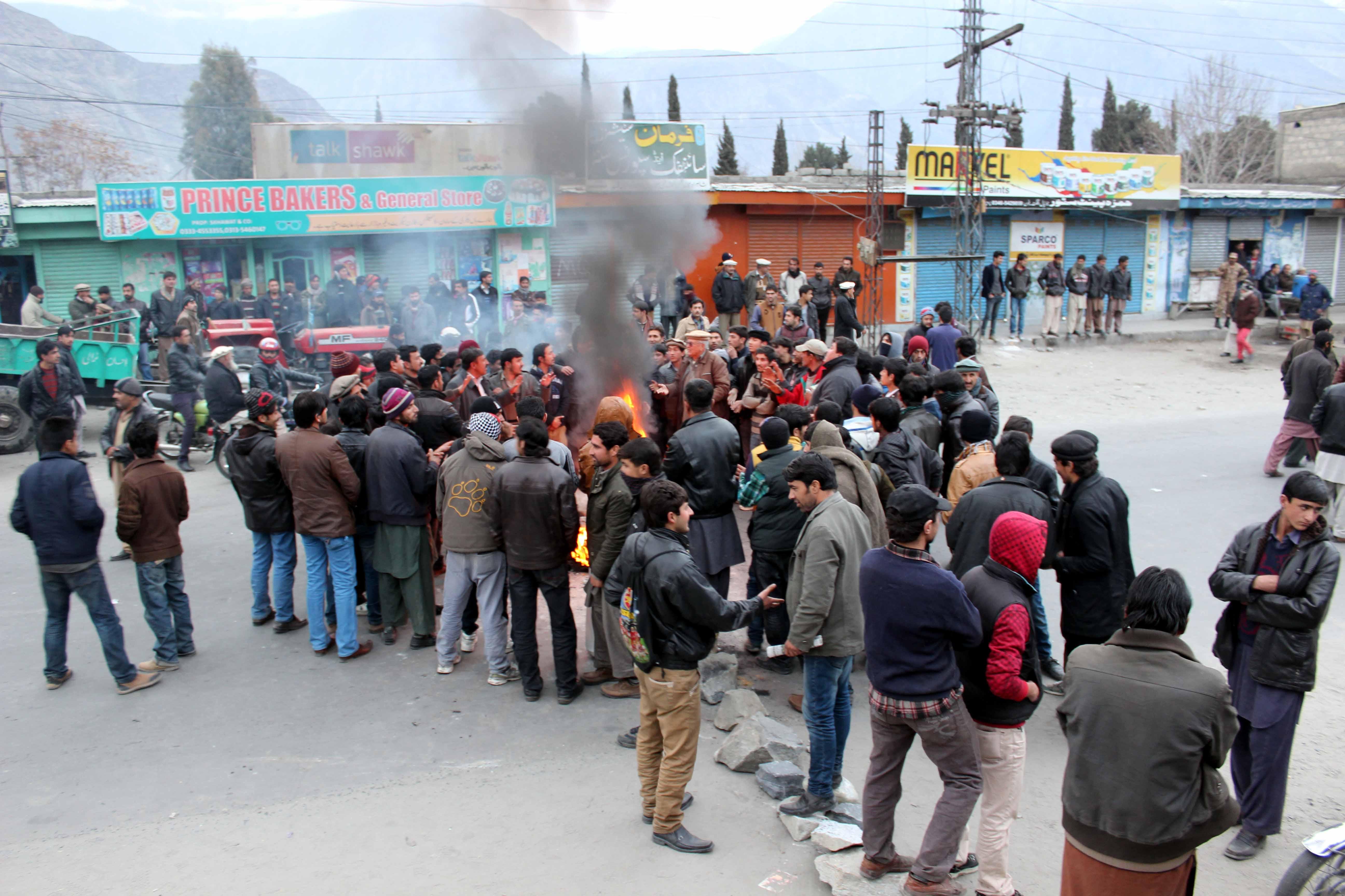 بجلی کے ستائے ہوئے ذوالفقار آباد مکینوں کا روڈ بلاک کر کے احتجاج