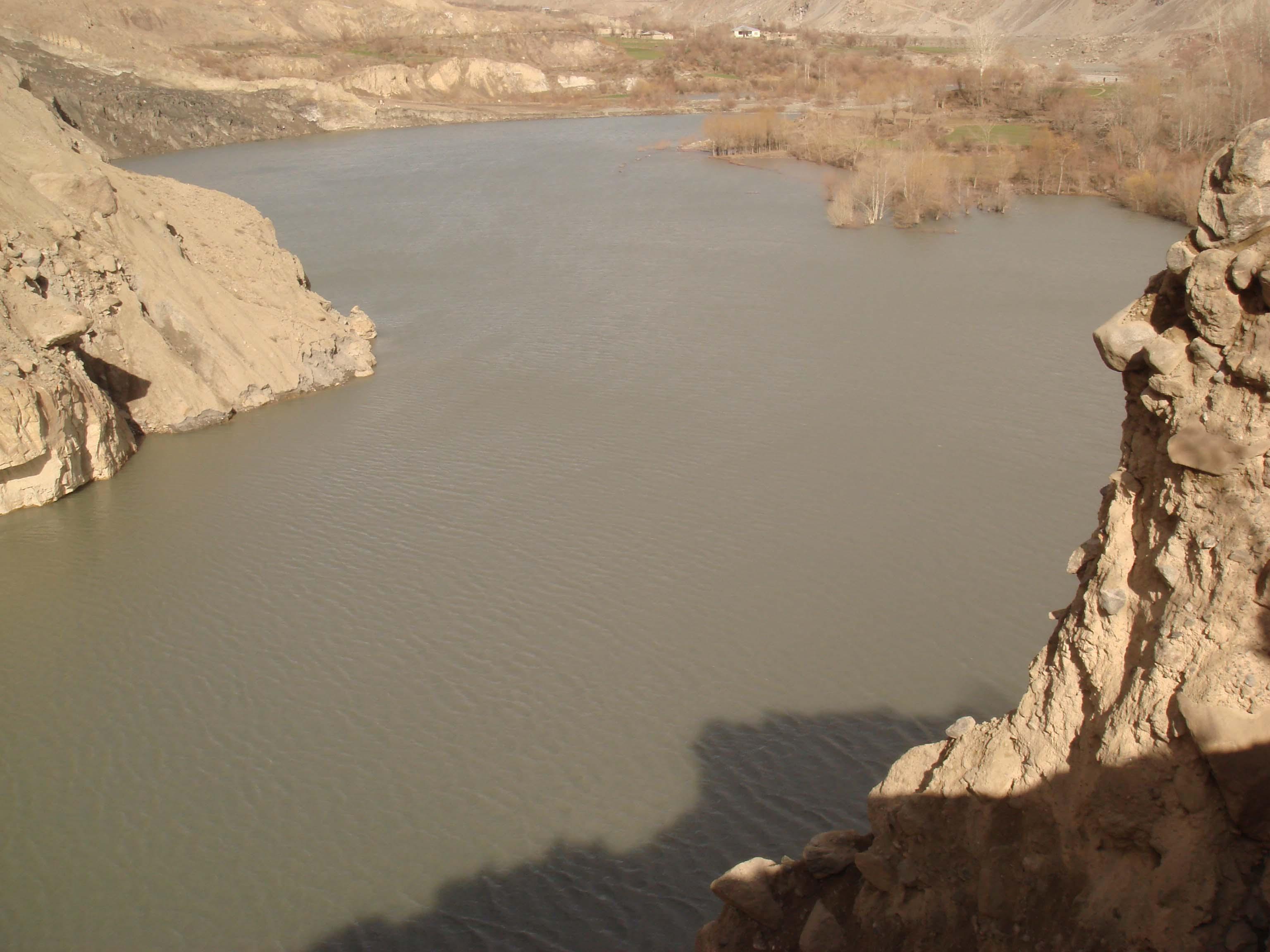 چترال کے بالائی علاقے ریشن کے مقام پر دریائے مستوج میں پہاڑی تودہ گرنے سے پانی کا بہاؤ رک گیا