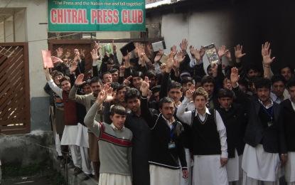 ١٧٣ طلبہ کی کالج سے برطرفی کے بعد ڈگری کالج چترال کے سینکڑوں طلبہ پرنسپل کے خلاف سڑکوں پر نکل آئے