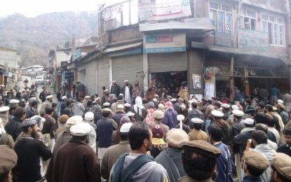 لواری ٹنل مسئلہ: جے یو آئی کا دروش میں احتجاجی مظاہرہ، پراجیکٹ ڈائریکٹر کے تبادلے کا مطالبہ