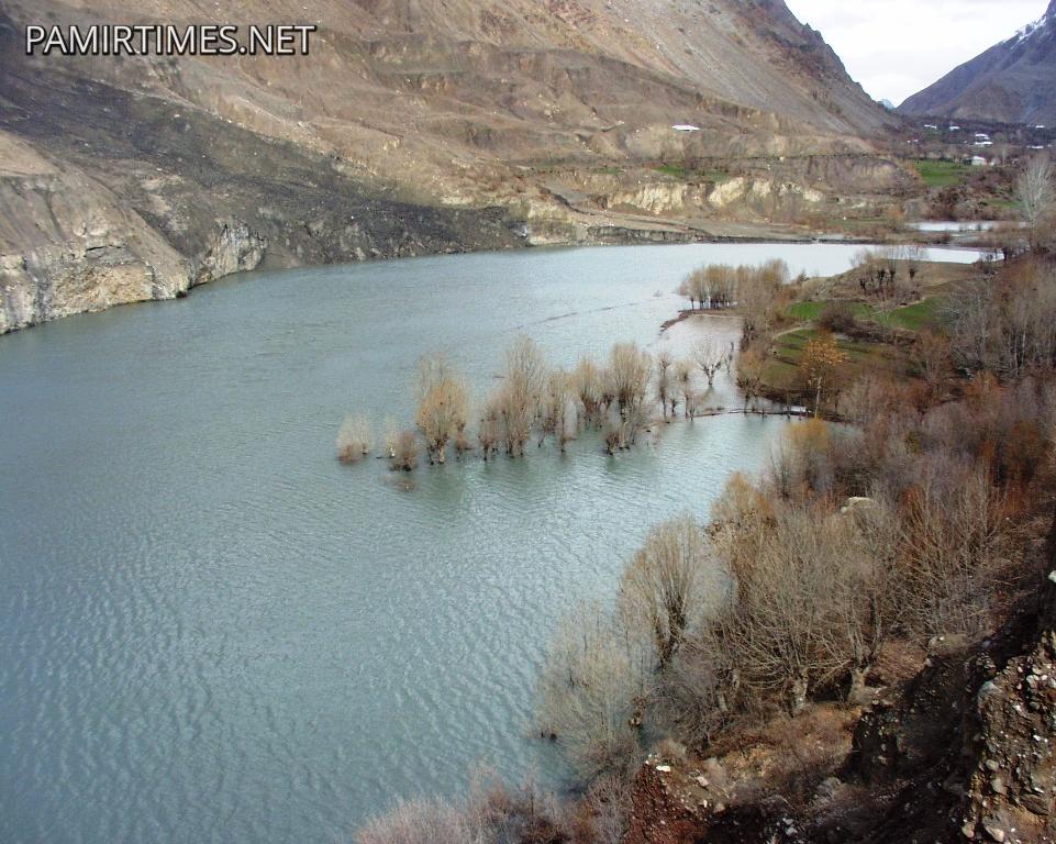 چترال سے 55کلومیٹر کے فاصلے پر واقع پہاڑی تودہ دریا میں گرنے کی وجہ سے دریا نے جھیل کی صورت اختیار کرلی