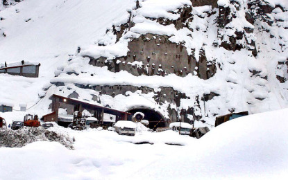لواری ٹنل کا راستہ سفر کیلئے کھول دیا گیا، برف جمنے سے مسافر مشکلات سے دوچار