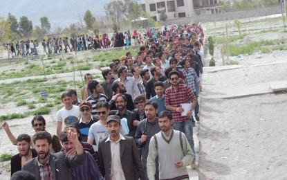 فیسوں کی زبردستی وصولی اور فراہم کی جانے والی لیپ ٹاپس کی کم تعداد کے خلاف قراقرم یونیورسٹی کے طلبہ سراپا احتجاج