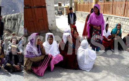 ہنزہ میں بزرگ پنشنرز کا ٹریژری آفیسر کی عدم موجودگی کے خلاف کریم آباد زیرو پوائنٹ پر احتجاج
