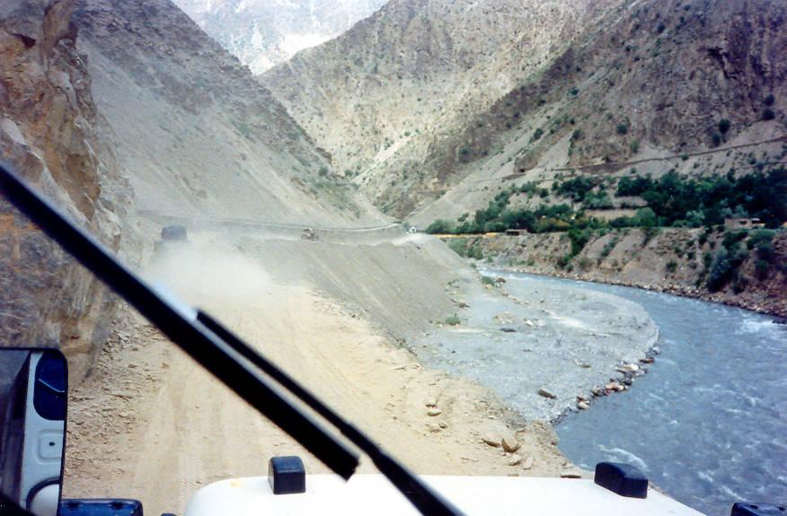 چترال سے ریچ جاتی ہوئی گاڑی اُجنو پل سے دریائے تورکہو میں گرگئی۔8افراد معمولی زخمی