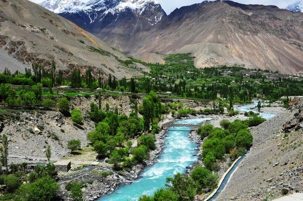 چترال کے علاقے دروش میں واقع اوسیک اورجنجیریت نامی دیہات میں ہزاروں ایکڑ زمین کٹاؤ کی وجہ سے دریا برد