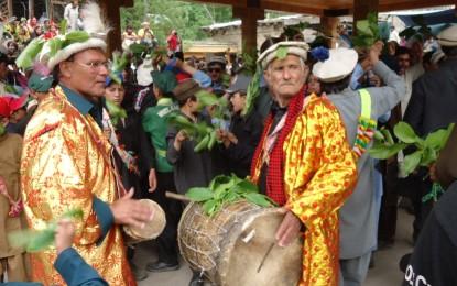 کالاش قبیلے کا معروف چلم جوشٹ (جوشی) تہوار قریب آتے ہیں ہزاروں سیاحوں نے چترال کا رخ کر لیا