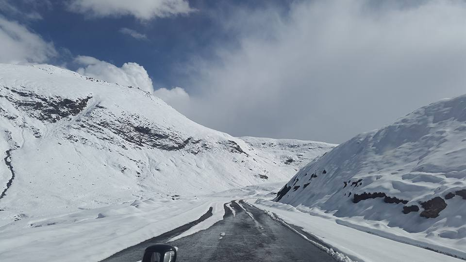 ضلع دیامر کے بالائی علاقوں میں شدید برفباری کا سلسلہ جاری، ناران بابوسر ٹاپ ٹریفک کے لئے بند
