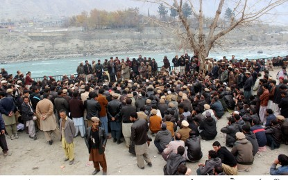 محکمہ واسا اور تعمیراتِ عامہ کے احتجاجی ملازمین وزیر اعلی سیکریٹیریٹ کے قریب پہنچ گئے