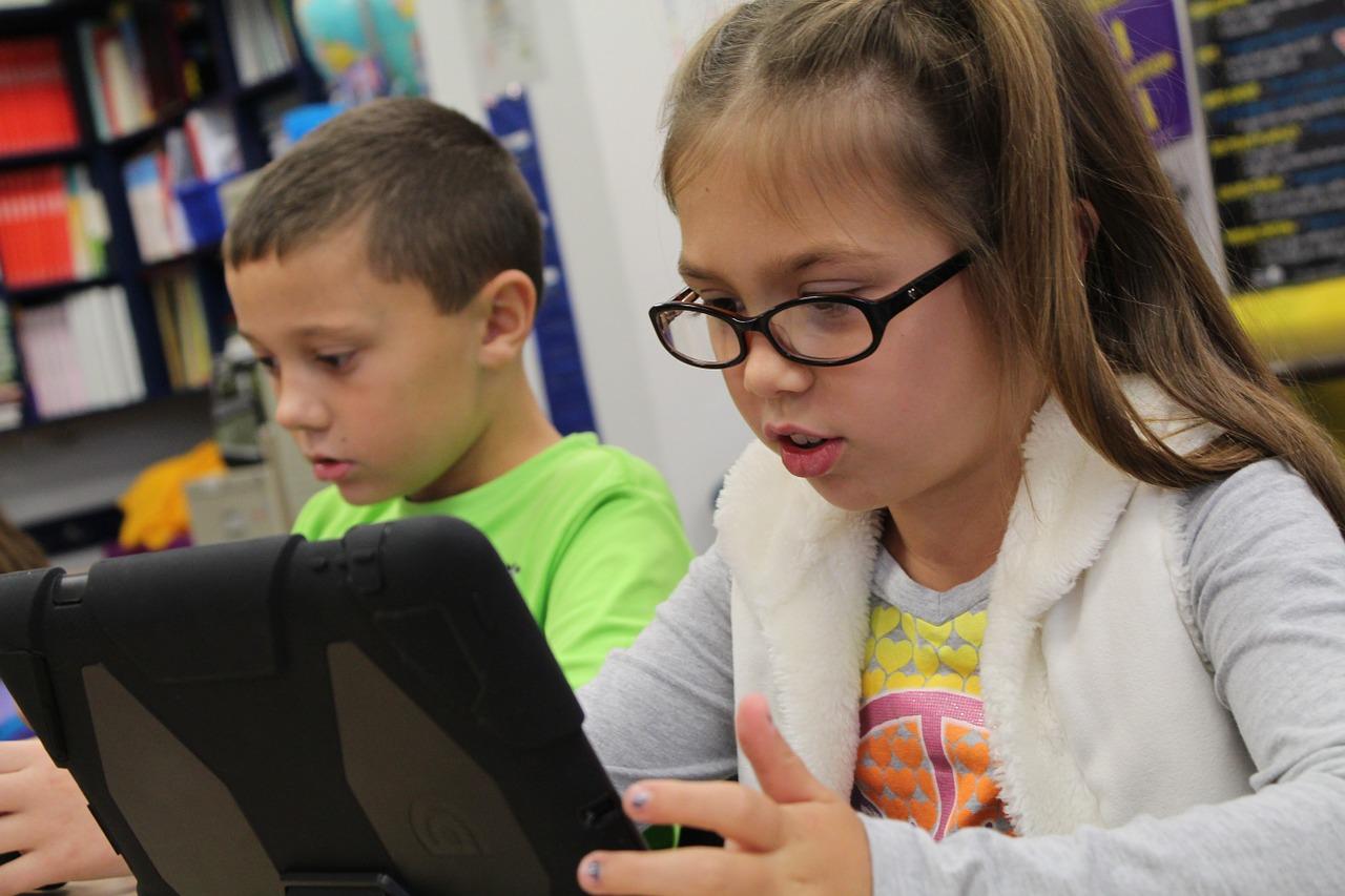 ٹیلبٹس اور فون بچوں کی ڈجیٹل صلاحیتوں میں رکاوٹ