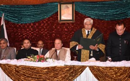 میر غضنفر علیخان نے وزیر اعظم کی موجودگی میں گورنر گلگت بلتستان کا حلف اُٹھا لیا