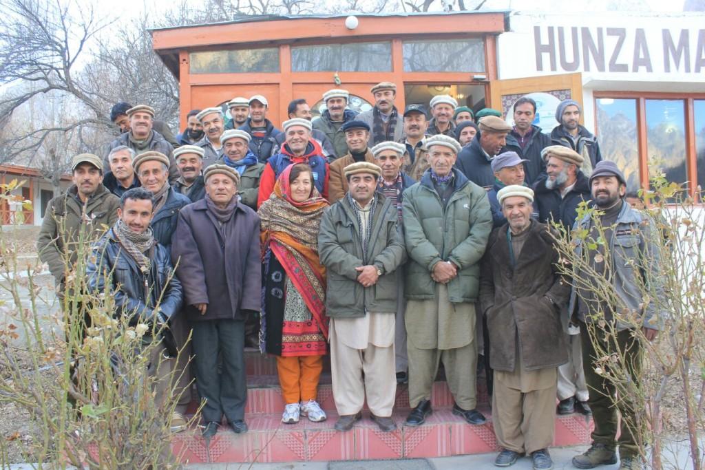 میٹنگ کے بعد پارٹی رہنماوں اور کارکنوں کا گروپ فوٹو