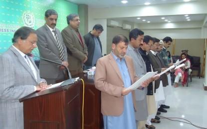 پریس انفارمیشن ڈیپارٹمنٹ کے میڈیا سنٹر میں چترال پریس کلب کے نومنتخب عہدیداروں کی تقریب حلف وفاداری