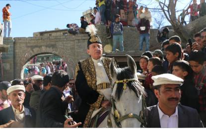شاہی پوشاک میں ملبوس گورنر میر غضنفر علیخان نے ہل چلا کر روایتی انداز میں التت ہنزہ میں کاشتکاری کا باقاعدہ آغازکردیا