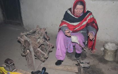 گرم چشمہ کی جفاکش عورتیں اور مرد ہاتھوں سے چترالی پٹی اور گرم کپڑا بناکر گھر کا چولہا جلار ہے ہیں