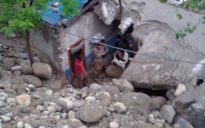 چلاس: تھک میں سیلاب کی تباہ کاریاں دوسرے روز بھی جاری، ایک درجن سے زائد مکانات کو نقصان پہنچا