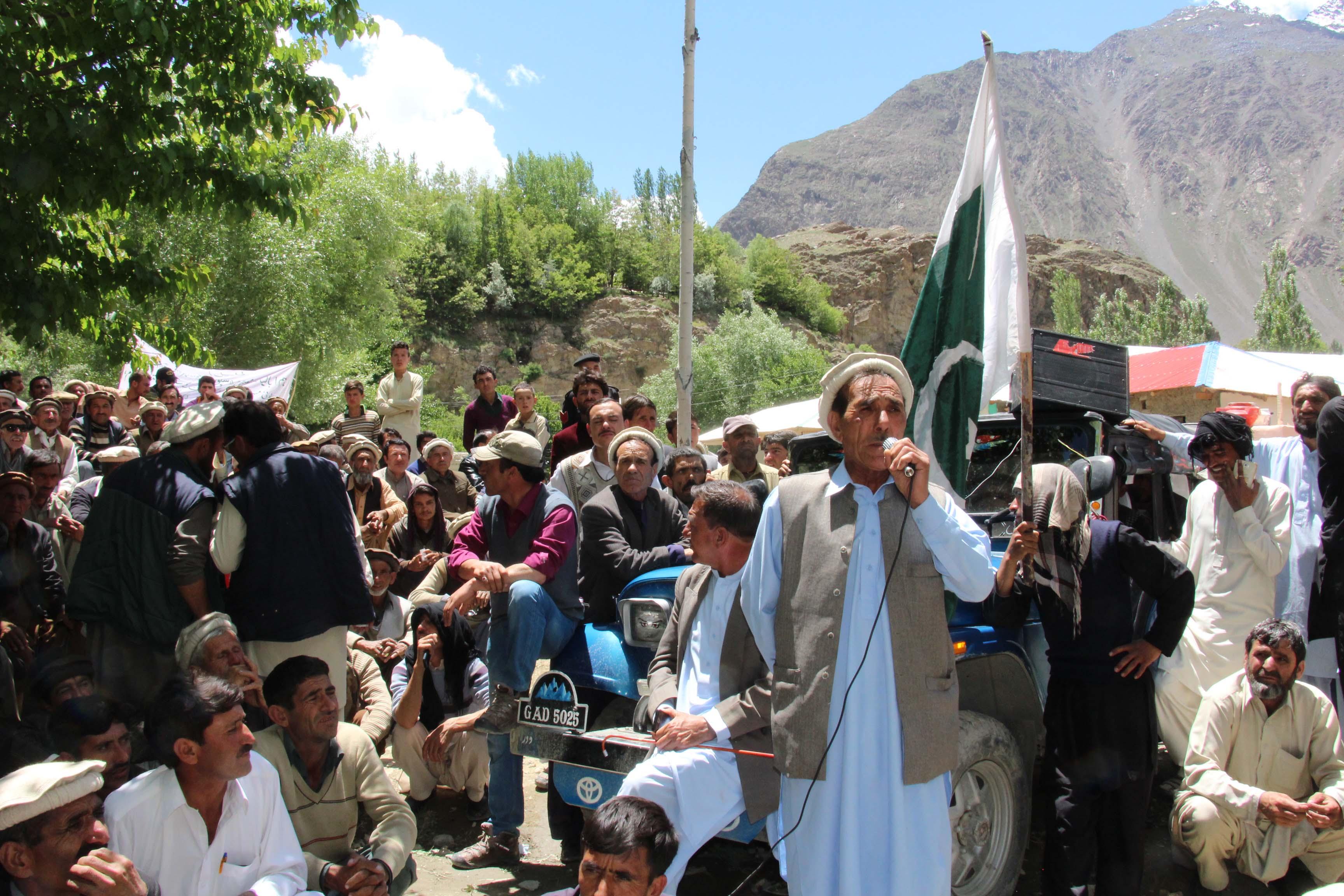 مستوج میں ہزاروں زلزلہ اور سیلاب متاثرین کا حکومت کے حلاف احتجاجی دھرنا