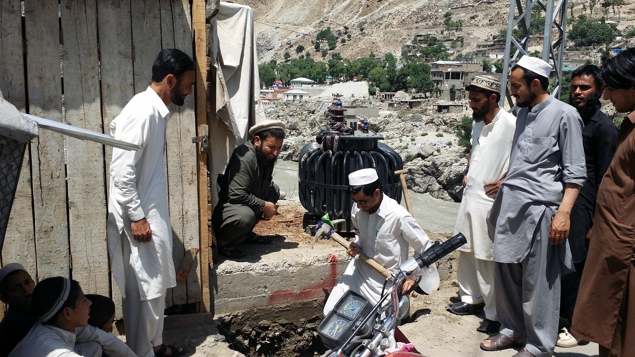 ضلع کوہستان کے مرکزی شہر کمیلہ میں شہریوں کی مدد سے کھمبوں پر تاریں لگ گئیں، جلد بجلی ملنے کا امکان پیدا ہوگیا