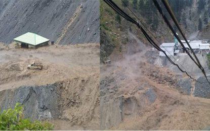 زیارت کے کے مقام لواری ٹنل کے قریب سیلاب آنے سے سڑک بند، چار گاڑیاں سیلاب میں بہہ گئیں