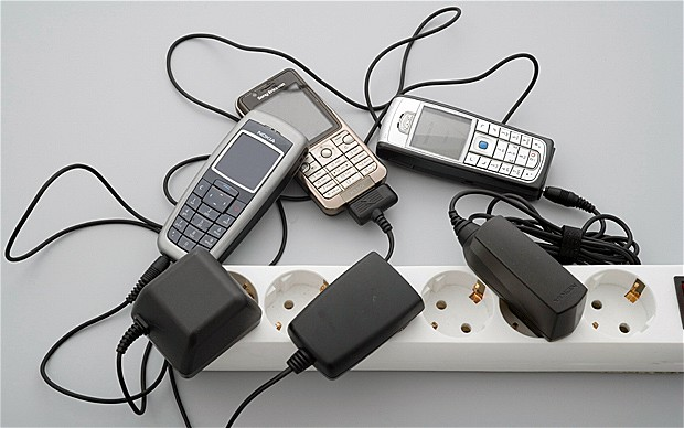 ضلع گانچھے کے گاوں سلینگ میں کئی دنوں سے بجلی غائب، لوگ موبائل فون چارج کرنے خپلو جانے لگے ہیں