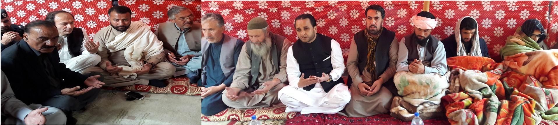 وزیر اعلی گلگت بلتستان تعزیت کے لئے مسلک نوربخشیہ کے روحانی پیشوا حاجی فقیر محمد کے گھر پہنچ گئے